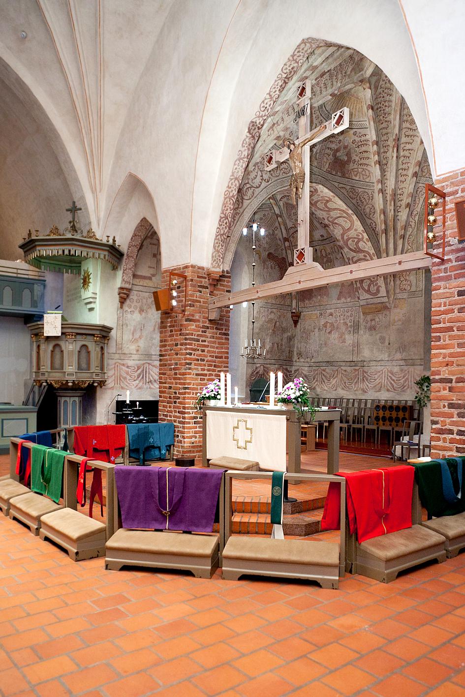 Espoon tuomiokirkon alttarikaide, pappisvihkimyksessä käytettävät messukasukat