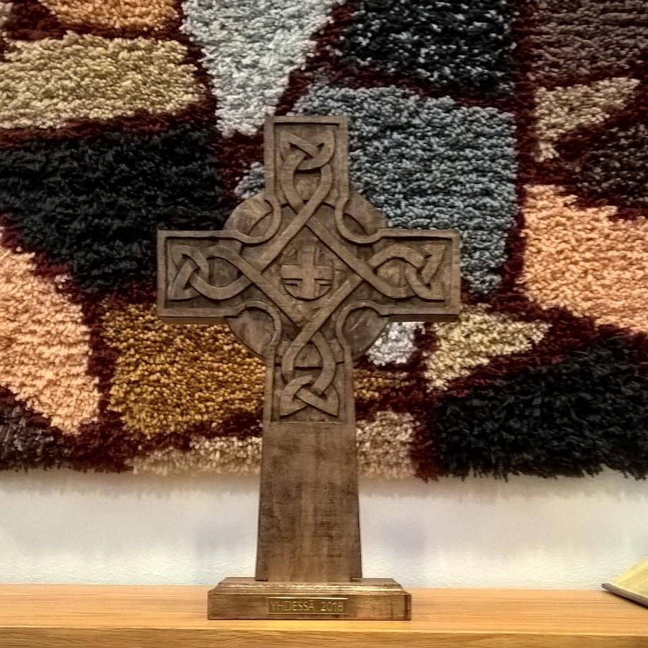 Yhdessä -palkinnoksi annettu puinen kelttiristi