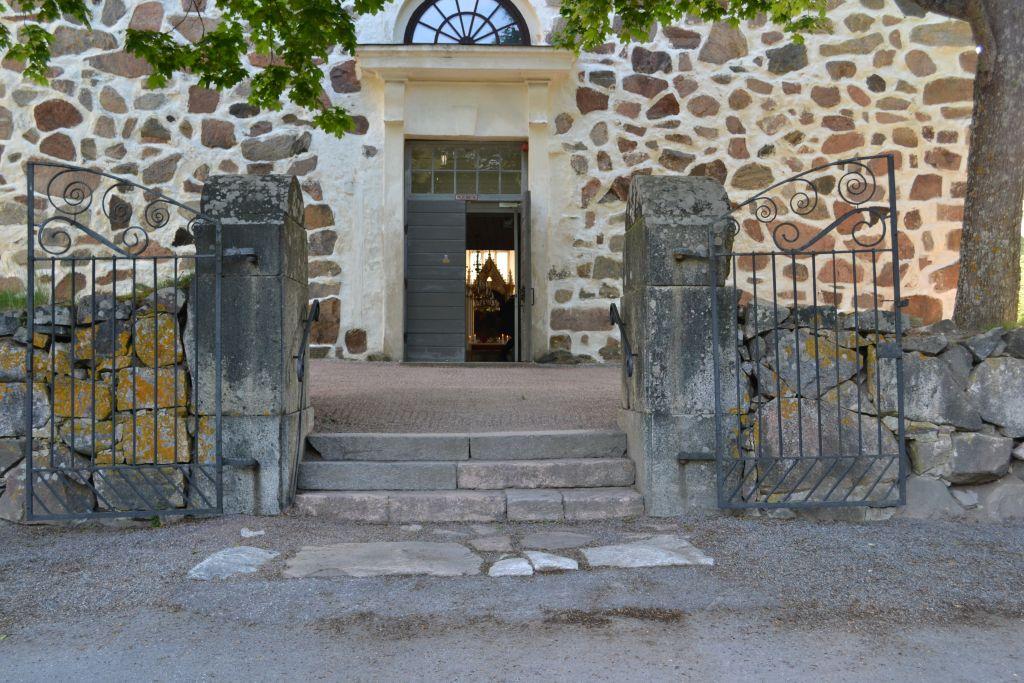 Siuntio Pyhän Pietarin kirkkon portti ja ovi auki