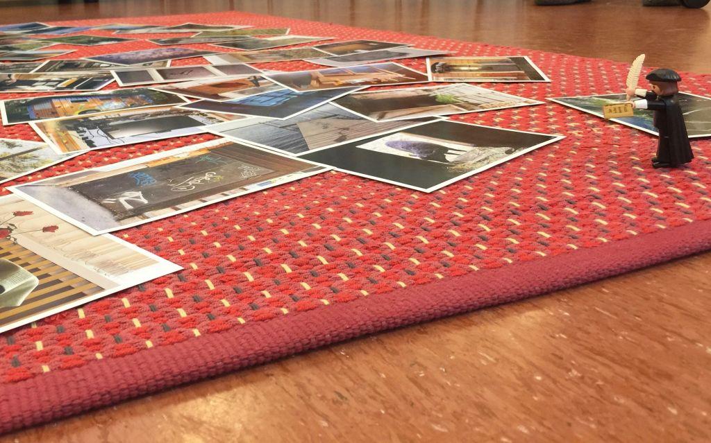 Valokuvakortteja lattialla