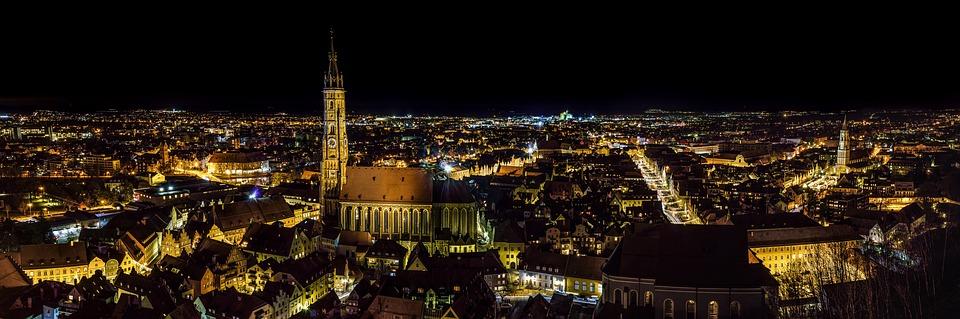 Kaupunkimaisema yöaikaan