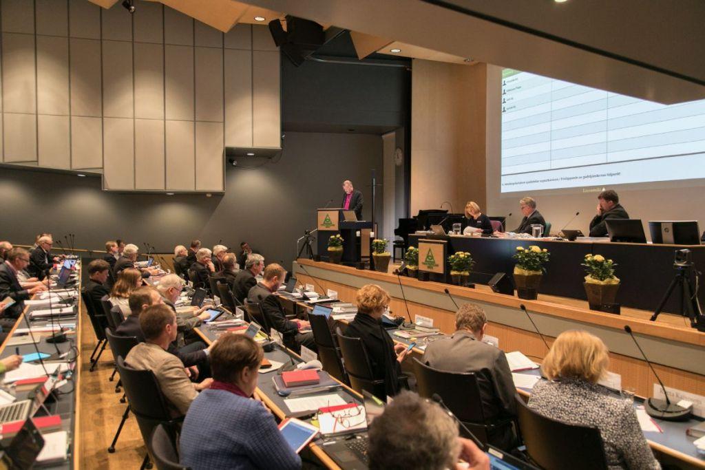 Istuntosali Turun kristillisellä opistolla, ihmisiä kirkolliskokouksessa