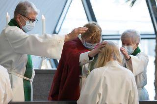 Piispa Kaisamari Hintikka siunaa tehtävään Medialähetysjärjestö Sansan työntekijän Mia da Silvan Hyvinkään kirkossa